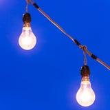 在黄昏的电灯泡 图库摄影