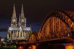 在黄昏的科隆大教堂 免版税库存图片