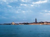 在黄昏的美丽的威尼斯,意大利地平线 库存图片