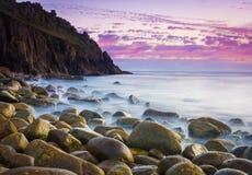 在黄昏的美丽的小海湾 库存照片
