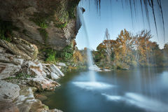 在黄昏的美丽的小瀑布在Pedrosa de Tobalina,布尔戈斯,西班牙 免版税库存照片