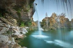在黄昏的美丽的小瀑布在Pedrosa de Tobalina,布尔戈斯,西班牙 图库摄影