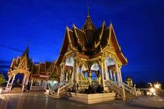 在黄昏的美好的寺庙建筑学在曼谷 免版税库存图片