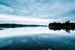 在黄昏的美好的瑞典湖风景 库存照片