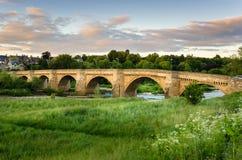 在黄昏的老石桥梁 库存图片