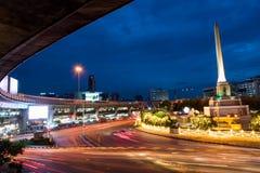 在黄昏的胜利纪念碑,曼谷 免版税库存照片