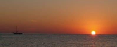 在黄昏的船航行 库存图片