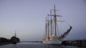 在黄昏的船 免版税库存图片