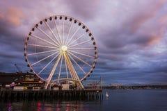 在黄昏的西雅图轮子 免版税库存图片
