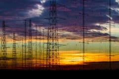 在黄昏的输电线 免版税库存照片
