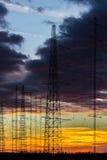 在黄昏的输电线 库存照片
