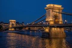 在黄昏的铁锁式桥梁 库存照片