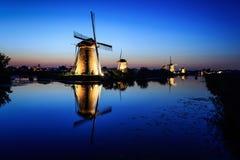 在黄昏的风车在蓝天下 免版税库存图片