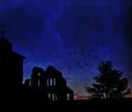 在黄昏的鬼的被放弃的大厦 图库摄影
