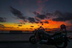 在黄昏的经典摩托车 免版税库存照片