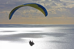在黄昏的滑翔伞 免版税库存图片