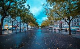在黄昏的巴黎都市风景在冬天晚上 蓝色严重的天空 库存照片