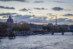 在黄昏的巴黎都市风景 免版税库存照片