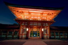 在黄昏的Fushimi Inari Taisha寺庙 免版税库存图片