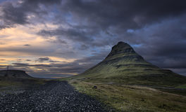 在黄昏的Kirkjufell山 免版税库存照片