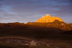 在黄昏的LaYa雪山山脉 库存图片