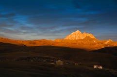 在黄昏的LaYa雪山山脉 免版税库存图片
