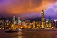 在黄昏风景的香港天窗轻的城市交响乐  免版税库存图片