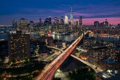 在黄昏,纽约的曼哈顿和布鲁克林地平线 库存照片