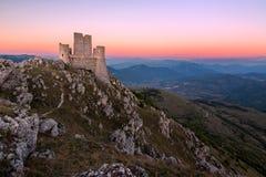 在黄昏,阿布鲁佐,意大利的Rocca卡拉肖 免版税库存图片