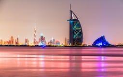 在黄昏,阿拉伯联合酋长国的迪拜地平线 免版税库存照片