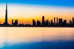 在黄昏,阿拉伯联合酋长国的迪拜地平线 免版税库存图片