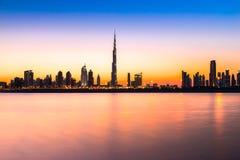 在黄昏,阿拉伯联合酋长国的迪拜地平线 库存照片