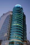 在黄昏, AZCA的现代大厦是m一个现代商业区  图库摄影
