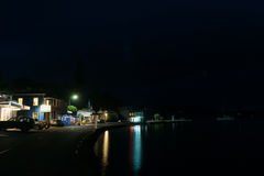 在黄昏, Mangonui的小新西兰沿海城市大街 免版税库存照片
