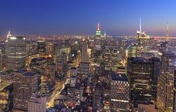 在黄昏, NY,美国的纽约地平线 库存照片