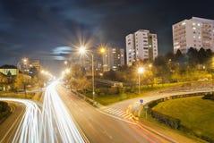 在黄昏以后的城市交通 免版税库存图片