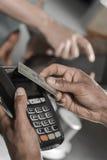 在贸易的付款与nfc系统信用卡 库存照片