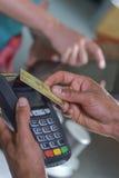 在贸易的付款与nfc系统信用卡 免版税图库摄影