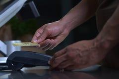 在贸易的付款与nfc系统信用卡 图库摄影