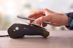 在贸易的付款通过机动性和NFC技术 库存照片