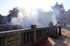 在2016春节期间,香客在放电水池采取捆绑爆竹引起 免版税库存照片