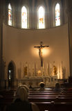在破晓的教会会众等待的服务 库存图片