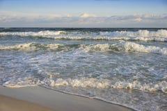 在破晓的美丽的海滩 免版税库存图片
