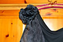 在黑晚礼服1的俏丽的花细节 免版税库存图片