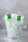 在水晶冰桶的二绿色啤酒 免版税图库摄影