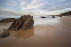在水晶小海湾海滩的岩石 免版税库存图片