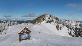 在水晶山滑雪胜地的冬天活动 免版税库存照片