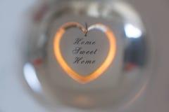 在水晶球反映的家庭甜家 免版税库存照片
