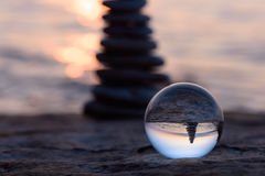 在水晶球的反射 免版税库存图片