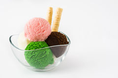 在水晶碗的冰淇凌瓢,隔绝在白色背景 免版税库存图片